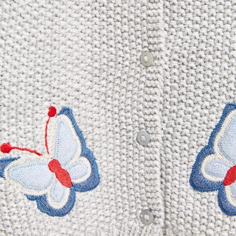 Họa tiết bướm trên áo len tỉ mỉ, cẩn thận