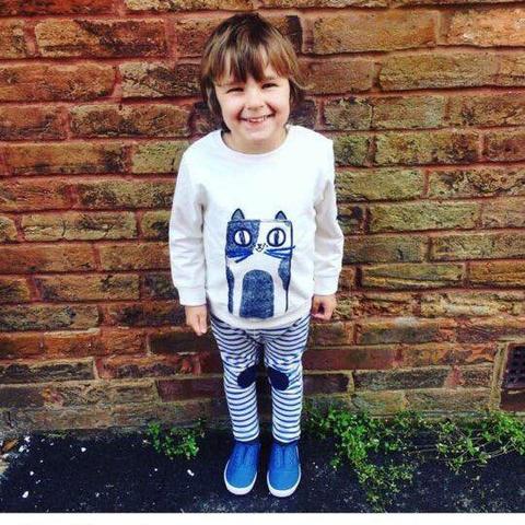 Vì là màu trắng nên áo nỉ phù hợp cho cả bé trai và bé gái