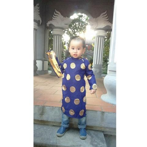 Bé diện áo dài Thái Tuấnđi du xuân