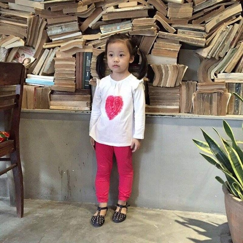 Bé gái xinh xắn khi diện bộ đồ dài Zara