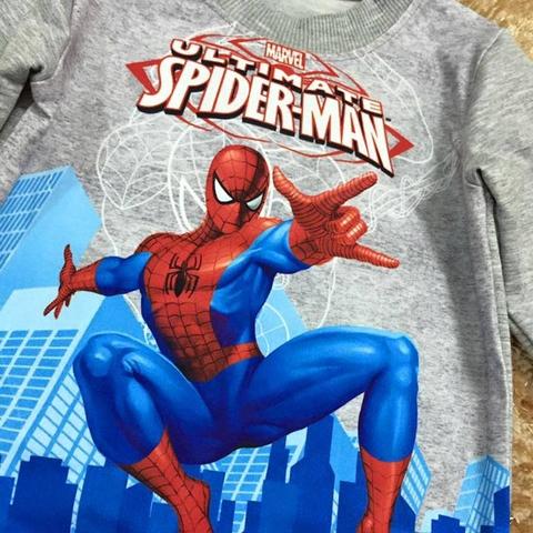 Hình in Spiderman đi giải cứu thế giới nổi bật cả bộ đồ