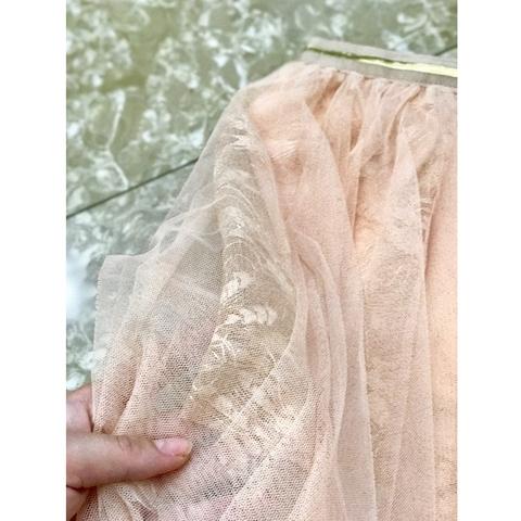 Bên trong có lót lớp ren mềm mại làm điểm nhấn cho chân váy