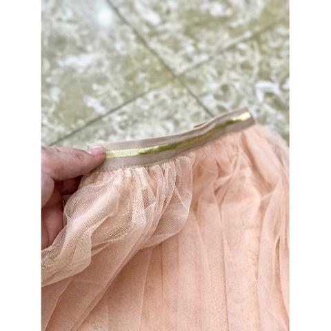 Cạp chun của chân váy thích hợp với mọi vóc dáng của trẻ