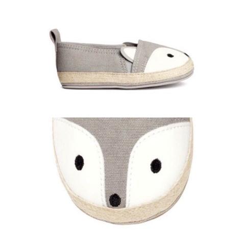 Phần mũi giày là hình con cáo, ngoài ra còncóchi tiết tai hai bên xinh yêu, kute