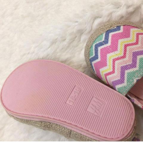 Giày của hãng HM, một thương hiệu đến từ Thụy Điển