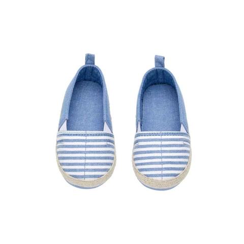 Giày slip on dáng cực kì dễ đi, phối được với nhiều trang phục khác nhau