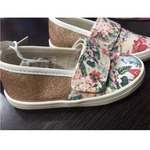 Họa tiết hoa nhí sắc nét, giày có kim tuyến bóng điệu đà