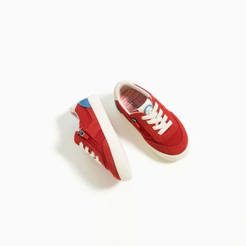 Thiết kế tỉ mỉ, có khóa kéo bên cạnh giày