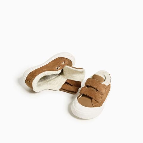 Giày có quai dán giúp bé đi dễ dàng