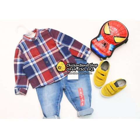 Quần jean có túi hai bên, khuy bấm rất dễ mặc