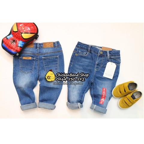 Set đồ hoàn hảo cho bé yêu với sự kết hợp của quần jean, giày slip on và mũ lưỡi trai.