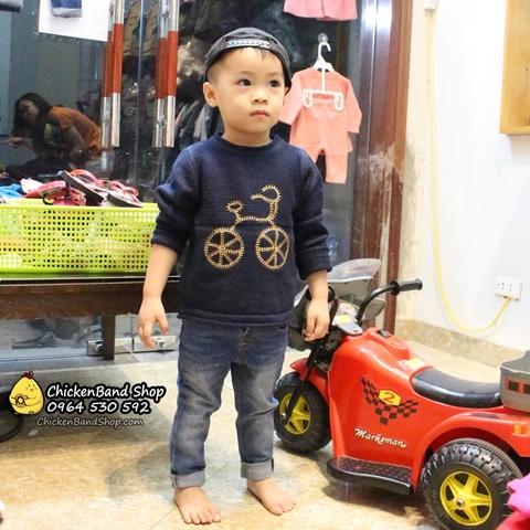 Mẫu xinh mặc áo len và quần jean tại cửa hàng