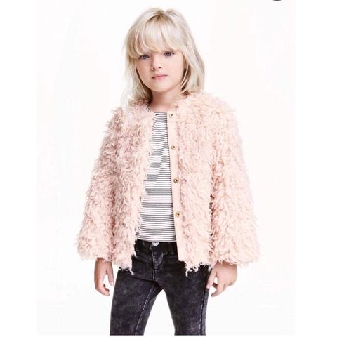 Bé diện áo khoác lông hồng HM cá tính