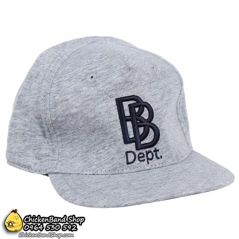 Dòng chữ BB được thêu trên mũ nổi bật