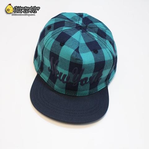 Màu kẻ xanh của mũ rất đặc biệt và thời thượngnhé