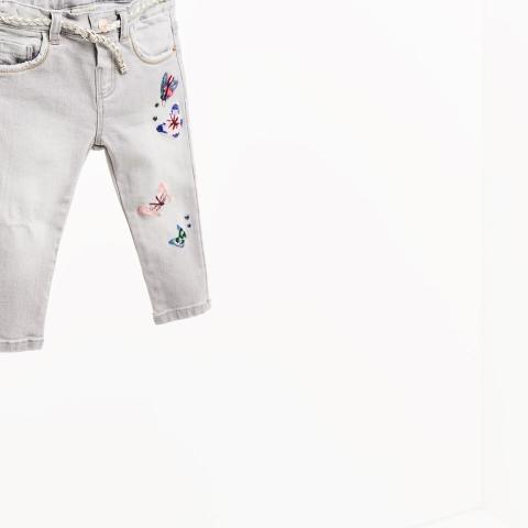 Họa tiết thêu bướm trên ống quần jean cực xinh