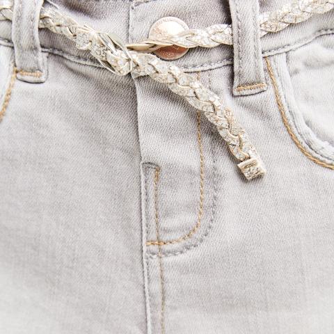 Quần jean không có khóa, cúc bấm dễ mặc