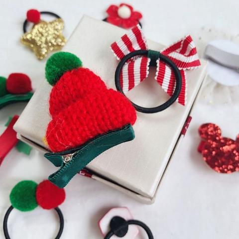 Bé có thể dùng phụ kiện để trang trí cây thông Noel