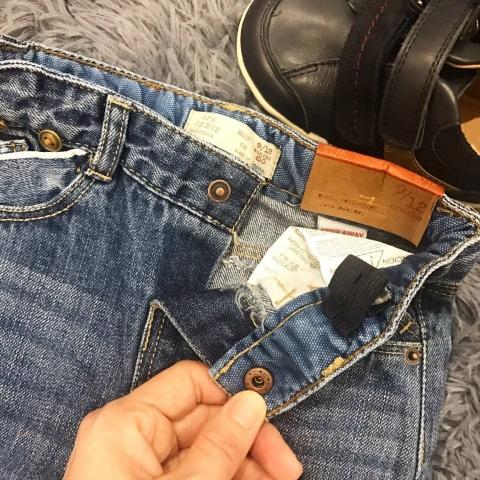 Bên trong cạp quần jean có tăng đơ điều chỉnh
