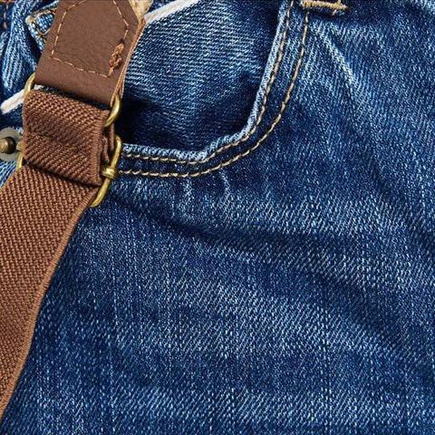 Màu sắc xanh có màihai bên chân, quần mang phong cách bụi bặm
