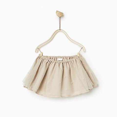 Ba mẹ có thể kết hợp chân váy với nhiều kiểu áo khác nhau