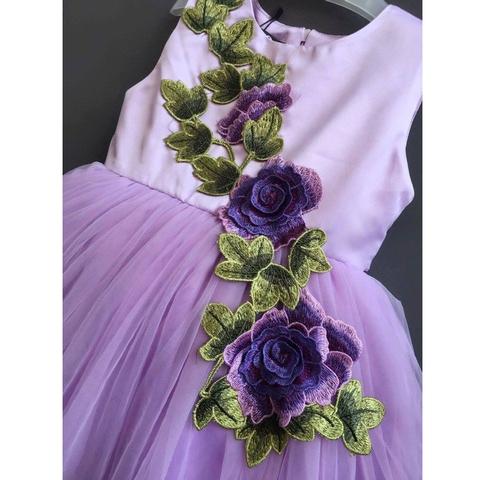 Dải hoa được thêu vào váy, là điểm nhấn nổi bật