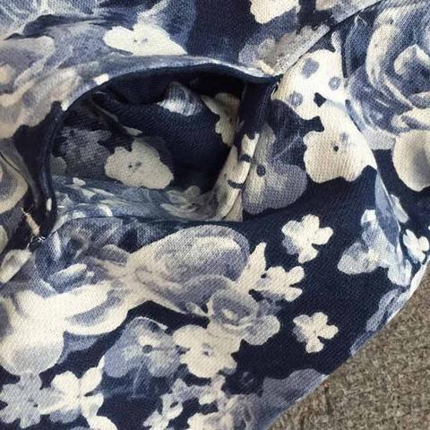 Váy có túi hai bên tiện lợi, màu hoa tinh tế