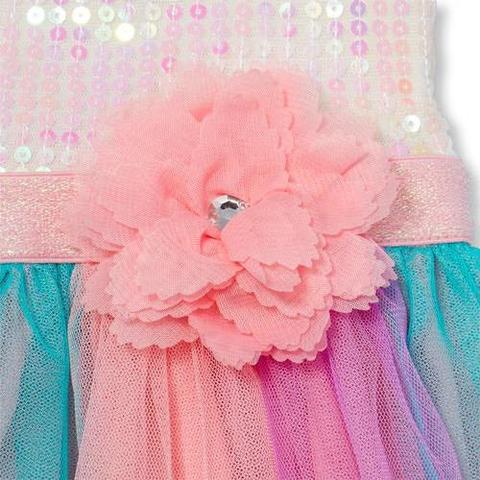 Phần thân váy có đính hoa điệu đà