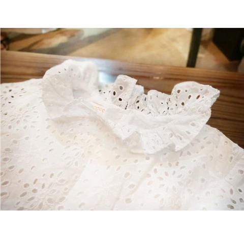 Váy được thiết kế bèo cổ điệu đà