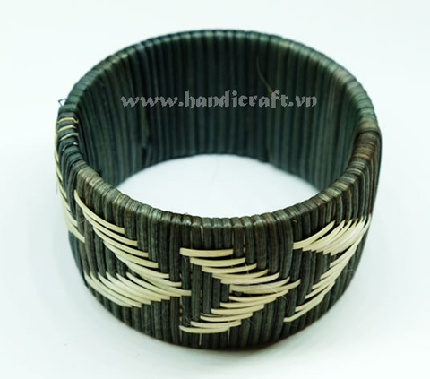 Rattan bracelet with arrow weaving