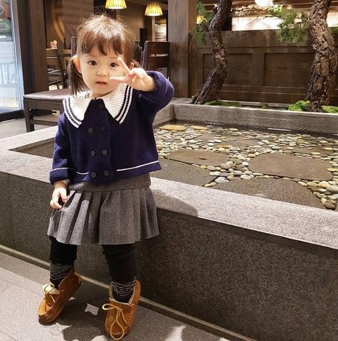 Bé gái 3 tuổi xinh xắn đốn tim hàng trăm nghìn cư dân mạng
