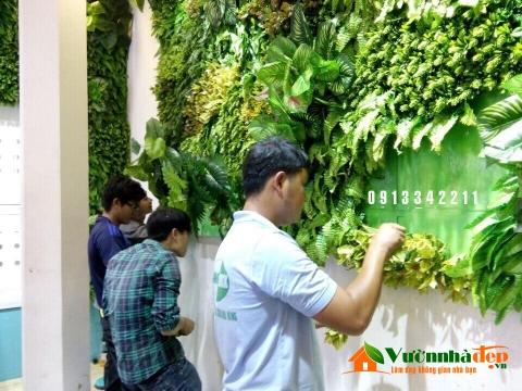 Thi công tường cây giả, hoa nhựa