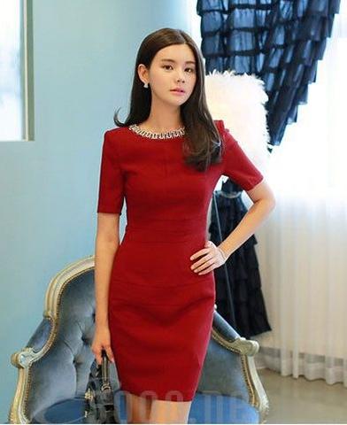 Thời trang nữ:  Những điều lưu ý khi lựa chọn đầm ôm body đến công sở Dam-cong-so-mau-do-co-ket-hat-2