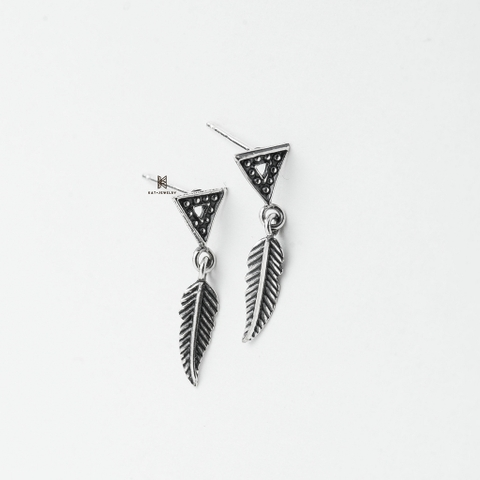 E STUD OXIDIZE TRIANGLE FEATHER