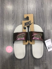 [618919-013] W NIKE BENASSI JDI HOLO LIGHT BONE